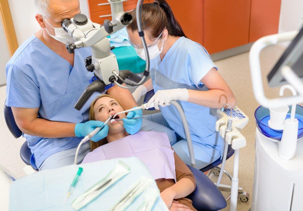 Лечение зубов под микроскопом развод клиентов или необходимость?