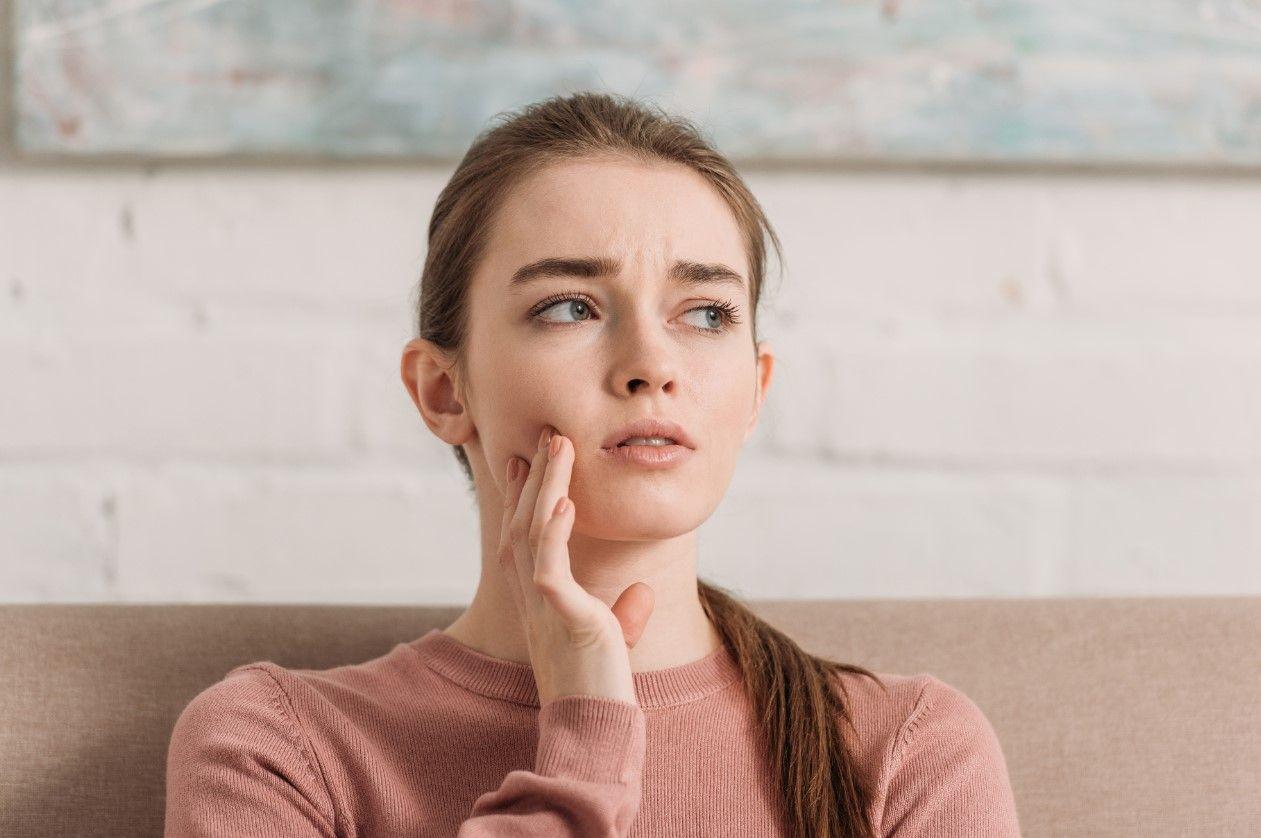 Почему всё время щёлкает челюсть?
