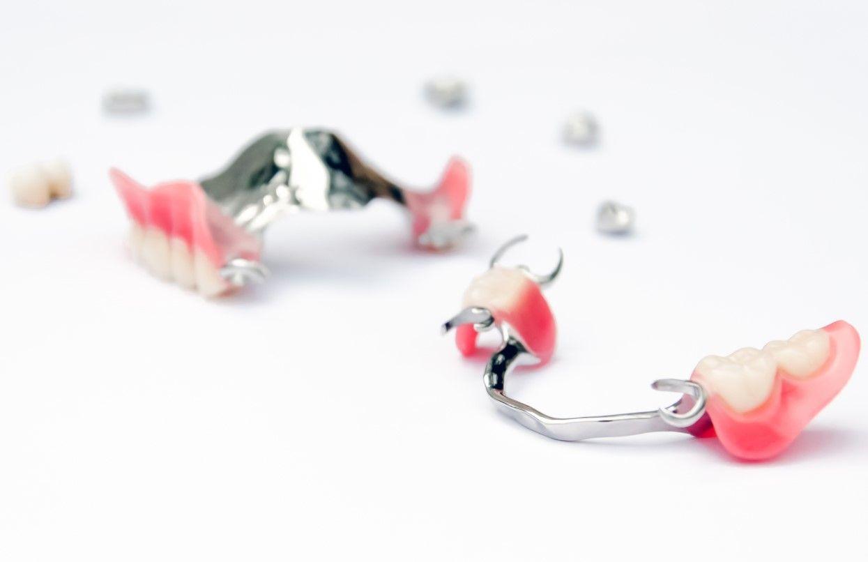 Что делать, если сломался съёмный зубной протез?