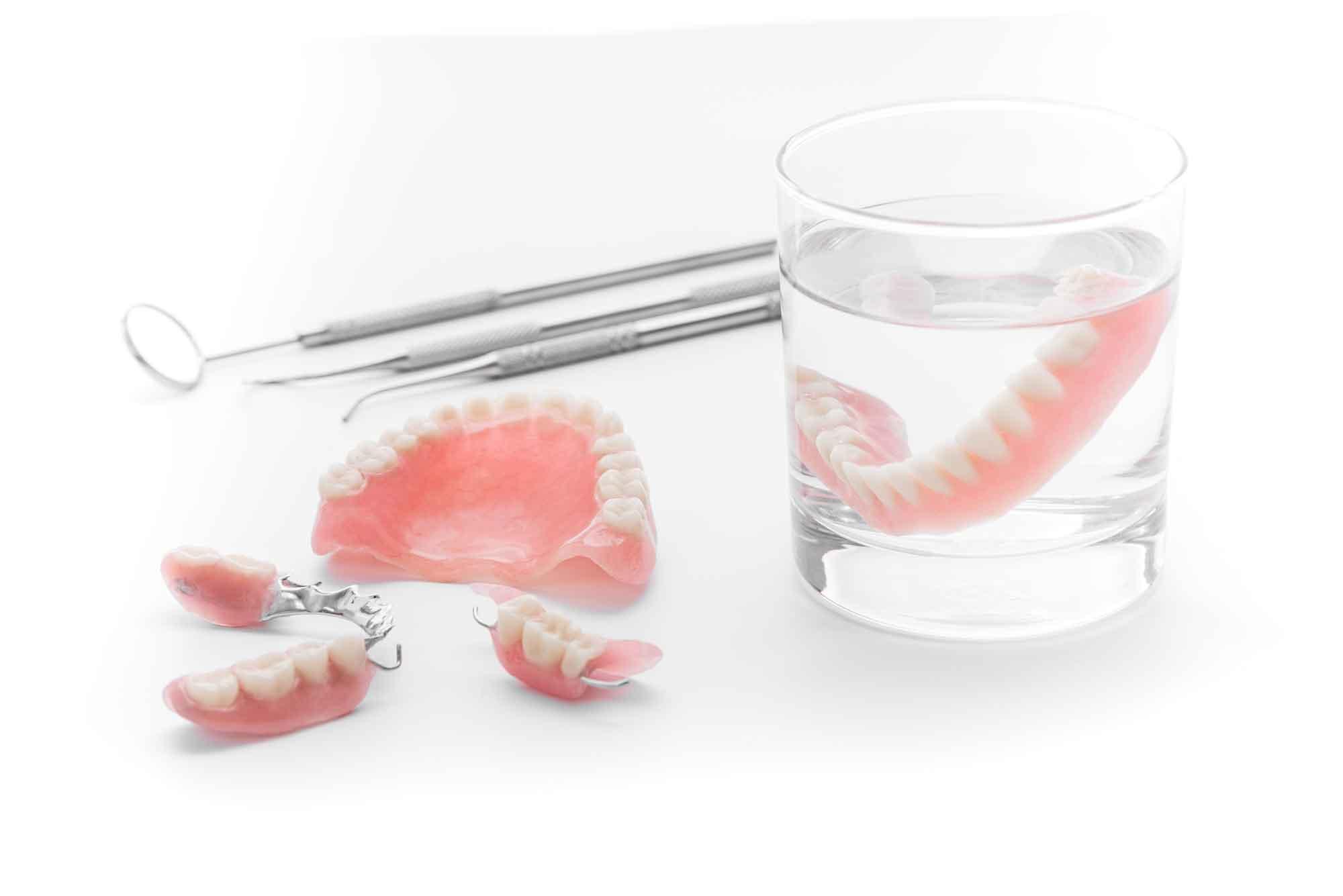 Как привыкнуть к съёмным зубным протезам?